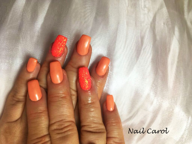 Nail art design colore pesca ed effetto zuchero